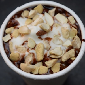 Richie_Rich_Hot_Chocolate_Fudge_with_nuts