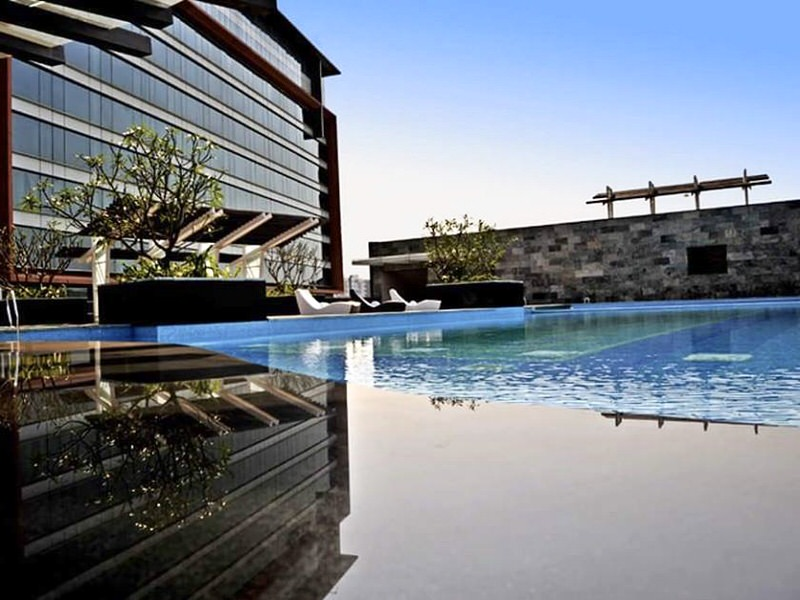 infinity_pool_crowne_plaza