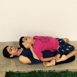 Puraw Vida teaching yoga to kids